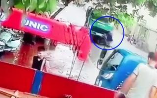 Video: Sang đường thiếu quan sát, người đàn ông mất đi mạng sống trong phút chốc