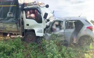 Video: Tai nạn trên đường Hồ Chí Minh, 3 người trên ô tô tử vong tại chỗ