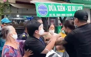 Video: Cặp vợ chồng có dấu hiệu say xỉn, gây rối tại chốt kiểm dịch ở Hà Nội