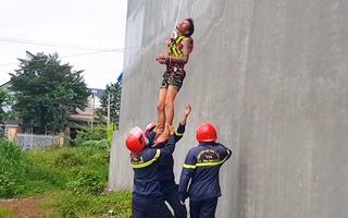 Video: Giải cứu người đàn ông nghi 'ngáo đá', cầm mỏ lết trèo lên nóc nhà la hét