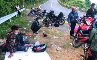 Video: Nhiều người đi xe máy suốt đêm, mong sớm về đến quê để cách ly, phòng dịch