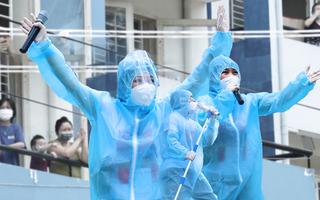 Video: 'Sân khấu', ca sĩ và những khán thính giả đặc biệt tại Bệnh viện dã chiến số 4