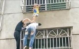Video: Người phụ nữ cứu bé gái bị mắc cổ vào 'chuồng cọp'