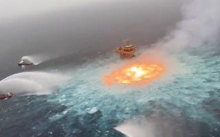Video: Đường ống dầu bốc cháy kinh hoàng ngoài khơi vịnh Mexico