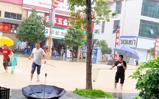 Video: Người dân đua nhau bắt cá trên đường phố sau trận mưa lớn