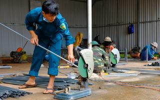 Video: Thợ cơ khí 'thất nghiệp' mùa dịch, xung phong làm hàng trăm giường bệnh cho khu cách ly