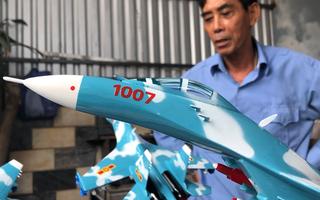Video: Cận cảnh 'mô hình tiêm kích' của người thợ sửa chữa máy bay