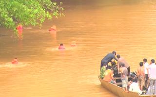 Video: Đang tìm kiếm người phụ nữ nhảy cầu treo Sông Bé, nghi tự tử
