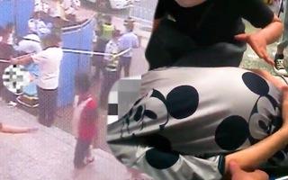 Video: 'Hàng rào người' che chắn cho sản phụ sinh con ngay tại cổng nhà ga ở Trung Quốc
