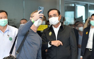 Video: Thủ tướng Thái Lan phải cách ly vì chụp ảnh với người nhiễm COVID-19