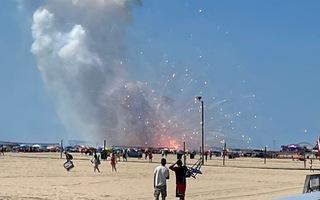 Video: Pháo hoa bất ngờ nổ đùng đùng trên xe vận chuyển, náo loạn bờ biển ở Mỹ