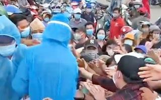 Video: Hàng trăm người tranh nhau vì giấy xét nghiệm COVID-19 tại chợ Bình Điền
