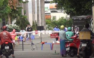 Video: Khoanh vùng chung cư 8X Đầm Sen, với khoảng 1.000 người do có 10 ca nghi mắc COVID-19