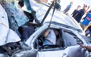 Video: Nghẹt thở giải cứu tài xế ôtô bị kẹt trong xe sau tai nạn trên cao tốc