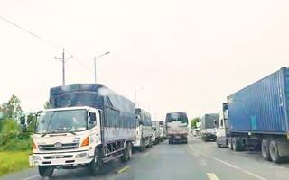 Video: Kẹt xe hơn 2km do An Giang yêu cầu tài xế âm tính mới được qua chốt