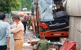 Video: Xe khách tông vào cầu vượt đèo Rù Rì, tài xế bị kẹt trong cabin