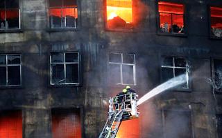 Video: Cháy nhà máy thực phẩm và đồ uống, hơn 50 người chết