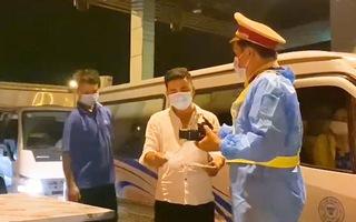 Video: 12 chốt kiểm soát dịch hoạt động xuyên đêm kiểm soát phương tiện ra vào TP.HCM