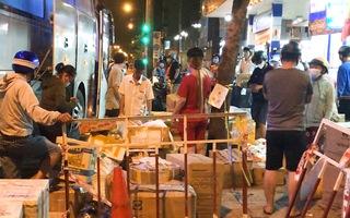 Video: Rất đông người dân tại TP.HCM hối hả nhận hàng 'tiếp tế' trong đêm, ngay trước giờ giãn cách