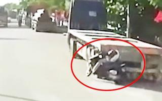 Video: Tông vào đuôi xe đầu kéo, cô gái bất tỉnh và dính vào xe