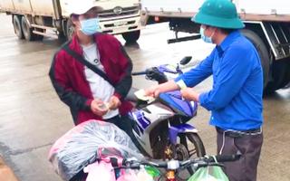 Video: Thanh niên đạp xe 3 ngày từ TP.HCM về Đắk Lắk chỉ nhận một nửa hỗ trợ, còn lại nhường người khác
