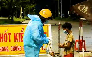 Video: Gặp cháu bé cả ngày không có gì bỏ vào bụng, đi tìm đồ ăn tối, CSGT nhường phần ăn và chở về nhà