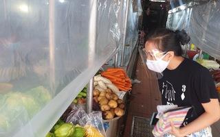 Video: Mở lại các chợ ở TP.HCM, người bán và người mua không 'chạm mặt'