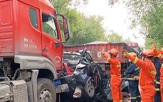 Video: Cưa chiếc xe hơi bị vò nát dưới gầm xe tải cứu cặp vợ chồng gặp nạn