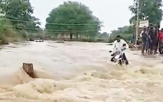 Video: Cố băng qua dòng nước lũ chảy siết, người đàn ông may mắn sống sót