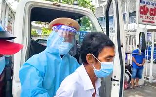 Video: Cha lên cơn nhồi máu cơ tim, 'cứu giúp cha tôi', CSGT lập tức chở đến Bệnh viện Chợ Rẫy