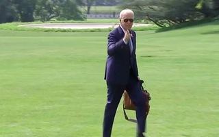 Video: Cách đi vào Nhà Trắng 'khác thường' của Tổng thống Joe Biden,  dấy lên tranh cãi về vấn đề sức khỏe