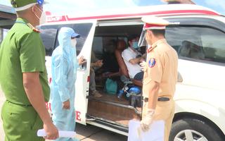 Video: Dùng xe cứu thương chở người 'thông chốt' kiểm dịch COVID-19