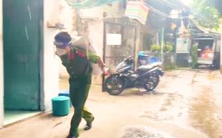 Video: Công an đội mưa, vác gạo, rau củ quả 'tiếp tế' cho người lao động mất việc tại các khu trọ