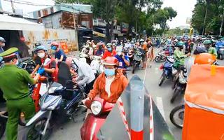 Video: Sáng chủ nhật vẫn đông người ở các chốt khai báo 'di biến động dân cư' tại TP.HCM