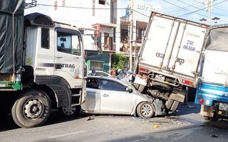 Video: Xe tải 'cày' 4 xe dừng đèn đỏ gây tai nạn liên hoàn, các xe dính vào nhau
