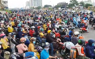 Video: Rất đông người dân từ TP.HCM kéo nhau về quê bằng xe máy, bị buộc quay đầu ở cửa ngõ thành phố