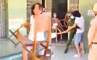 Video: Buổi đầu tiên Đà Nẵng 'ở yên trong nhà', nhắc nhở một người ngồi trước nhà, lấy ghế phang công an