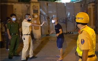 Video: Người đàn ông nước ngoài không đeo khẩu trang, lớn tiếng, ưỡn ngực thách thức cảnh sát ở quận 1
