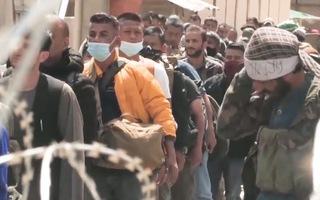 Video: Căng thẳng tại sân bay Kabul, Mỹ siết chặt bên trong, Taliban chặn các lối vào