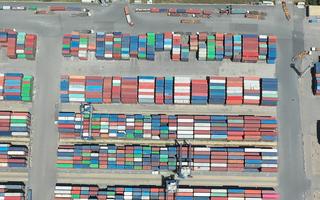 Video: Nghẽn sản xuất vì COVID-19, ứ đọng hàng chục ngàn container hàng hóa tại cảng Cát Lái