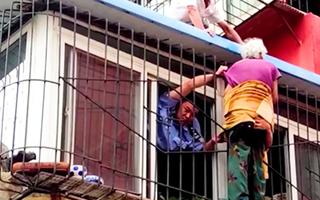 Video: Lính cứu hỏa giải cứu cụ bà 102 tuổi mắc kẹt lơ lửng trên cửa sổ