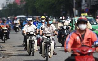 Video: Sáng cuối tuần, người dân ra đường đông nghịt, có nơi chốt kiểm soát phải 'xả trạm'