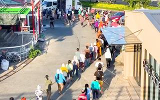 Video: Người dân TP.HCM xếp hàng từ mờ sáng để chờ siêu thị mở cửa