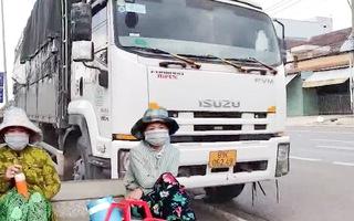 Video: Xử phạt tài xế và 11 người trốn trên thùng xe tải để 'thông chốt'