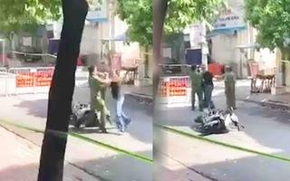 Video: Khống chế người đàn ông lao vào bóp cổ công an ở chốt kiểm soát COVID-19 tại Hà Nội