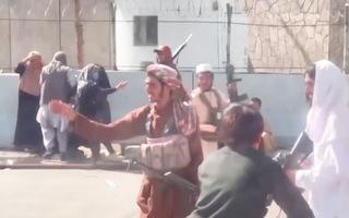 Video: Taliban nổ súng, mạnh tay chặn người dân bên ngoài sân bay và kêu gọi người tài ở lại
