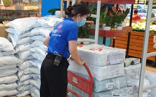 Video: Thêm nhiều nhân viên siêu thị được cấp giấy đi đường, khắc phục tình trạng 'quá tải' đơn hàng