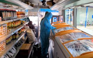 Video: 'Siêu thị mini' trên xe buýt ở Bình Thạnh 'cháy' hàng rau củ, thịt trứng