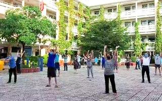 Video: Bệnh nhân hào hứng tập thể dục trong sân bệnh viện dã chiến ở Phú Nhuận