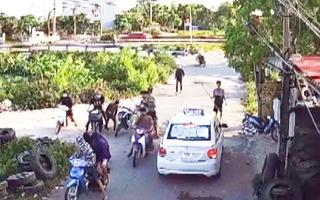 Video: Ngăn chặn kịp thời 2 nhóm thanh niên dùng hung khí đánh nhau ở Hà Nam
